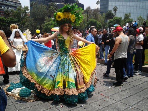 Vestida de manta pintada a mano recuerda las bondades de la naturaleza, arrastrando limones a sus pies.