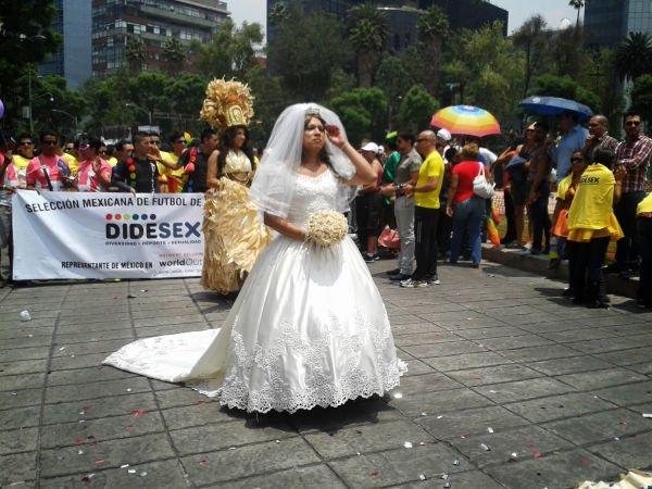 Con su blanco vestido de novia, ella caminaba, con la cabeza en alto y segura.