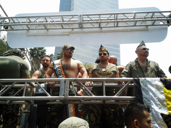 El camion de los Osos hora vestidos de militares.