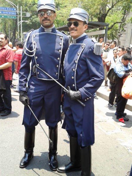 Firmes y seguros, marchaban estos soldados de alguna guerra civil.