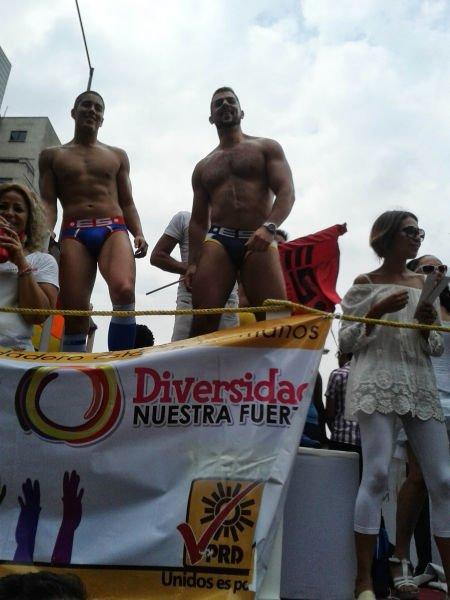 Camión alegórico del PRD, defendiendo la diversidad sexual.