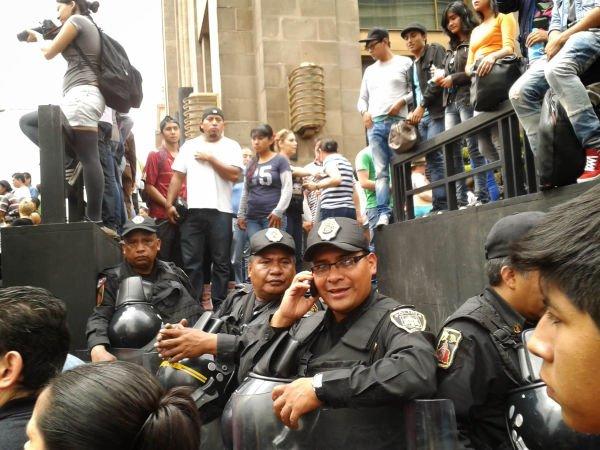 Policías bloqueando el paso en madero.