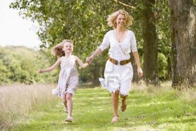 3600407-madre-e-hija-andando-en-el-camino-de-la-mano-sonriendo