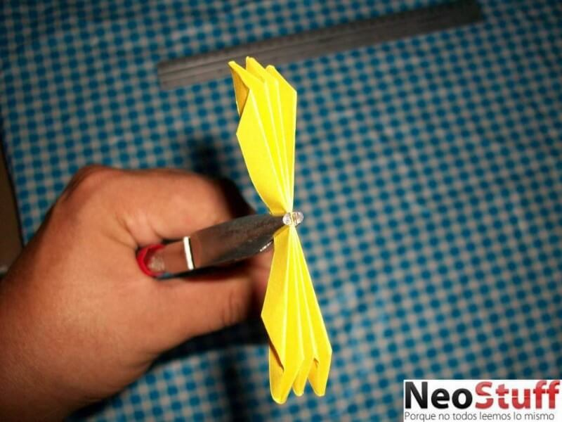 9.sosteniendo el extremo medio para colocar el alambre