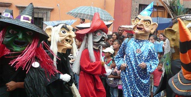 Aunque en San Miguel de Allende,Mexico el festival se celebra en Junio en el dia de San Antonio,  la fiesta sigue siendo una reproducción del Día de los Locos celebrada en Diciembre alrededor del mundo.