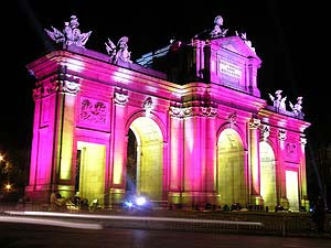 Puerta de alcala en rosa por el cáncer de mama