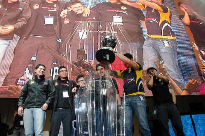 El equipo Lyon Gaming recibe la copa de campeón