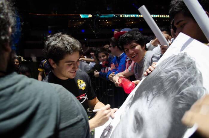 El equipo firma autógrafos