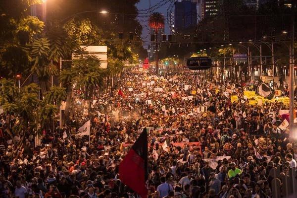 mexicanos luchando por ayotzinapa