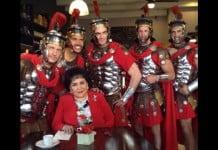 Carmen Salinas y los guardias de Emperador