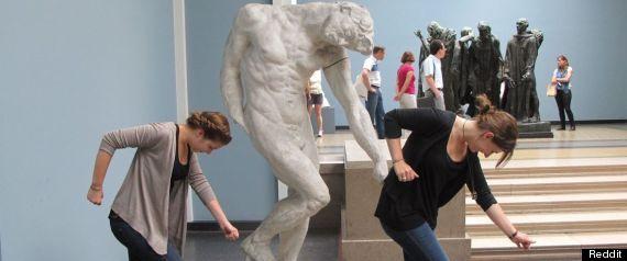 posando en museo es de nacos