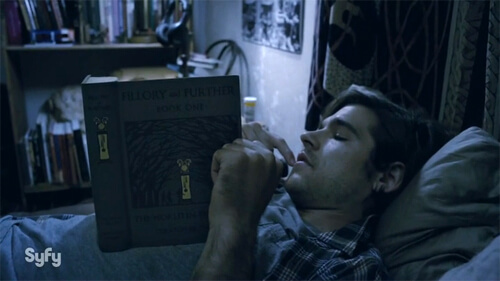 Quentin leyendo Fillory and Further