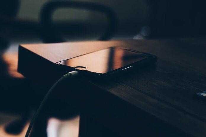 Es peligroso cargar un celular toda la noche